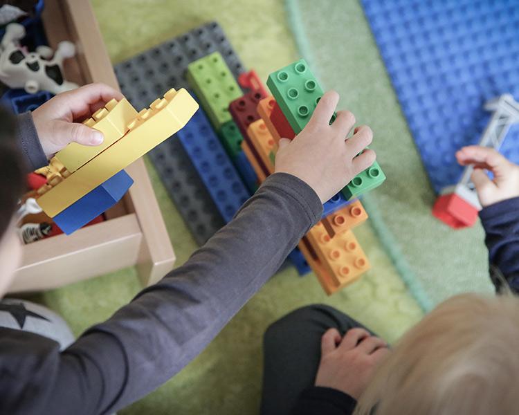 Kinder bauen mit Bauklötzen in der Kita