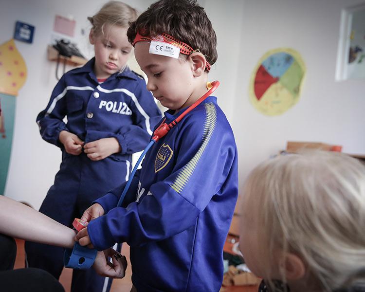 Kinder spielen Arzt