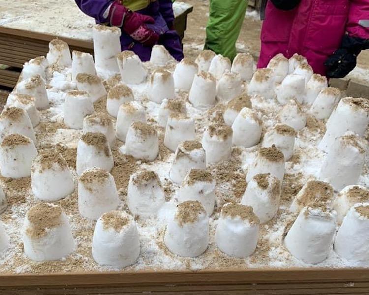 Schneeburgen, Sandburgen, Kreativität